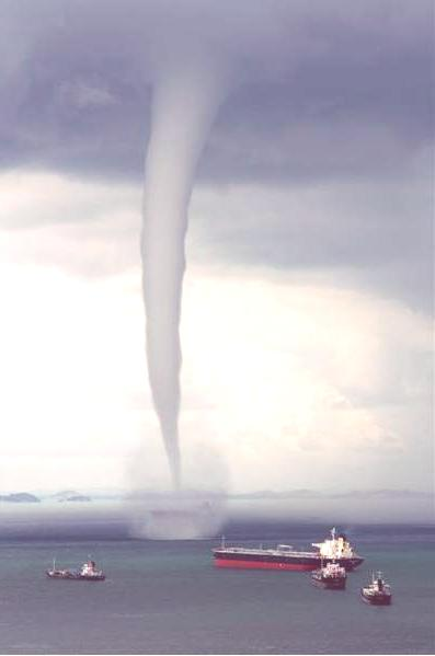 singapore_waterspout_tornado_sea